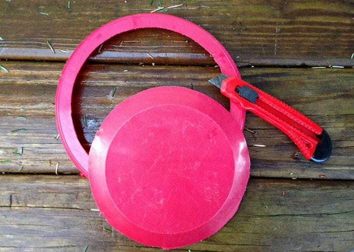 cortar um aro em um prato de plástico