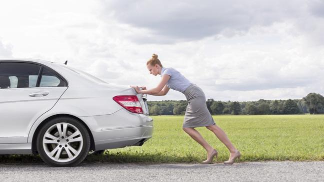 mulher empurrando um carro