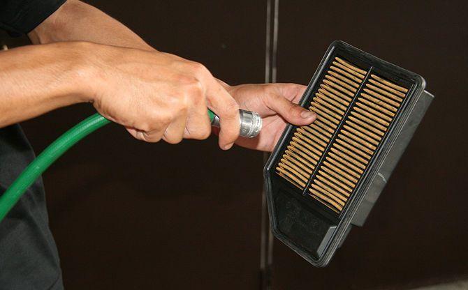 aspirando filtro de ar sujo
