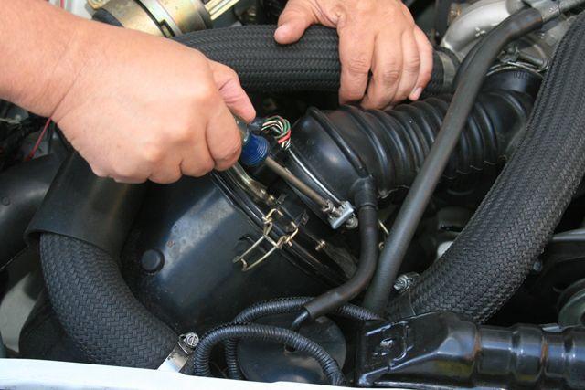 desparafuzando a tampa do compartimento do filtro de ar