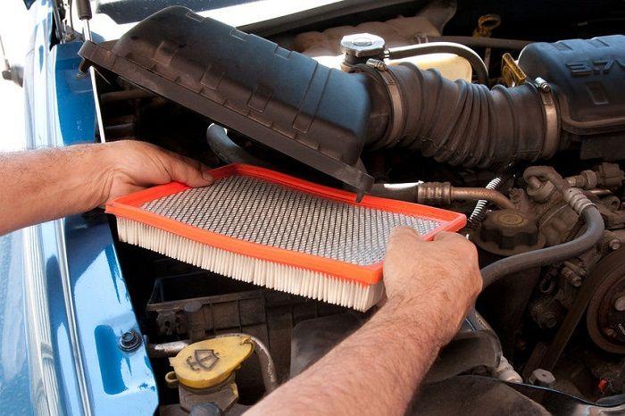 retirando o filtro de ar do carro