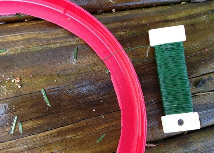 atando fio de florista no aro de plastico