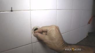 limpando orifício do cano da torneira