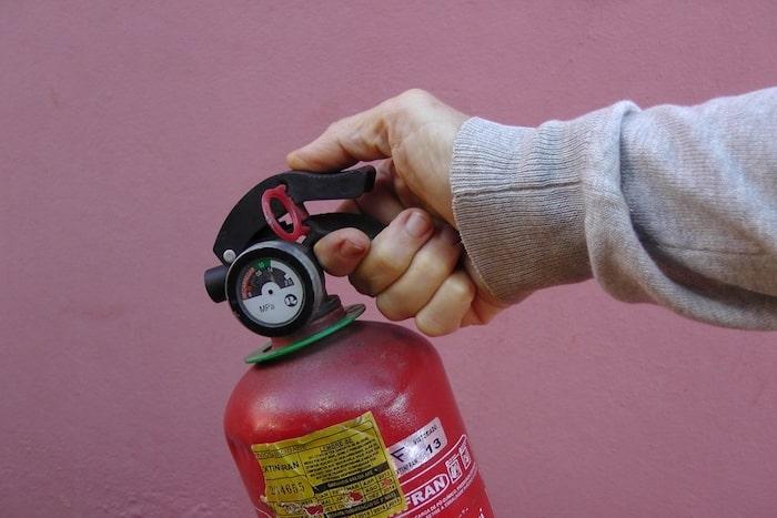 segurando extintor de incêndio