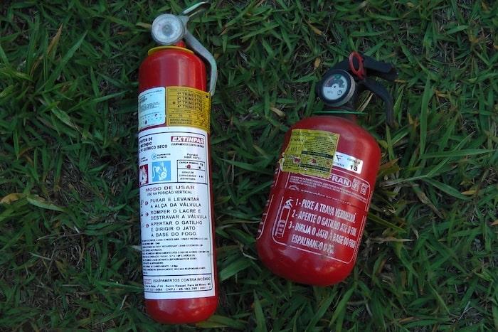 extintores de incêndio pequeno e medio