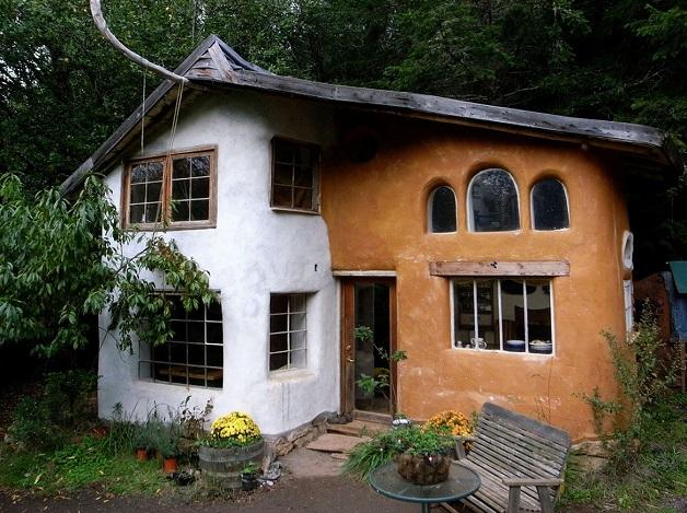 casa construida com adobe e com argamassa por cima