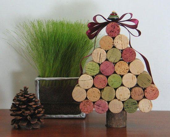 mini arvore de natal feita com rolhas de vinho