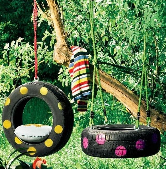 balanço de pneu pendurado no jardim