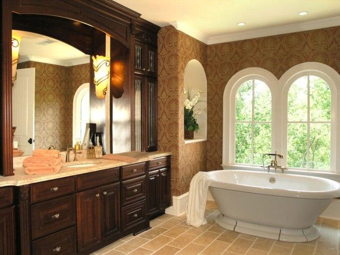 banheira branca em banheiro clássico