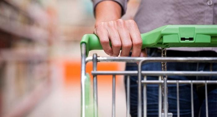 empurrando carrinho de compras