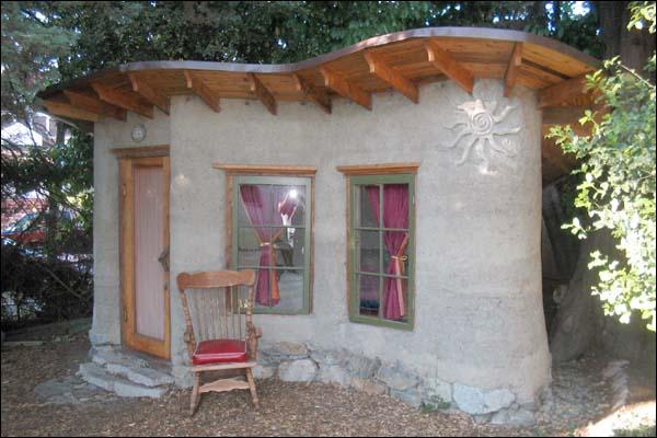 pequena casa construida com COB