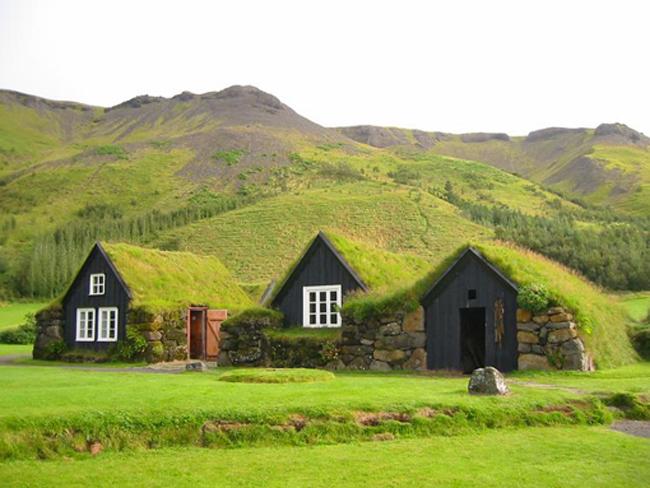 casas construida com superadobe e telhado verde na patagônia