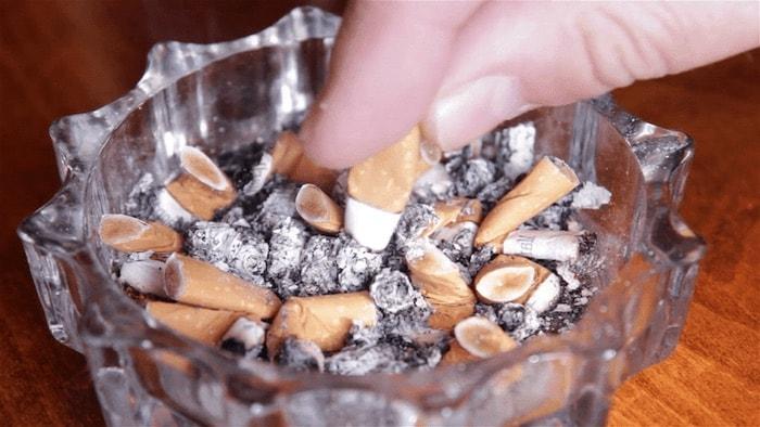 cinzeiro cheio cigarro