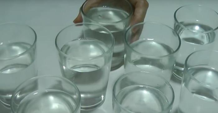 varios copos de água