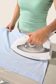 passando roupa com ferro elétrico