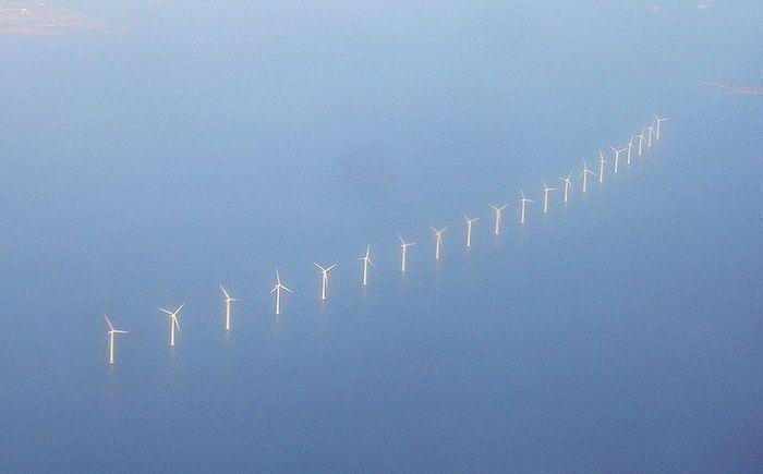 hélices de eólicas em meio do mar