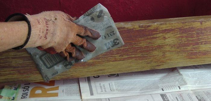 lixando madeira