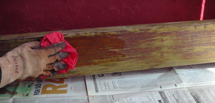 limpando madeira lixada
