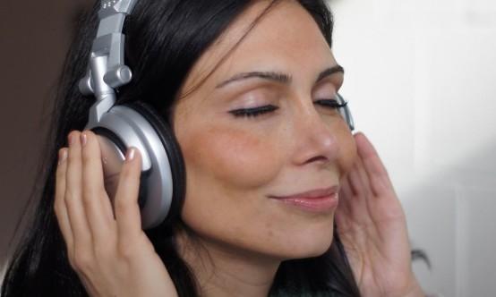 mulher com fone no ouvido