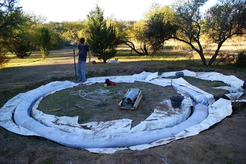 fundação da casa terminada e forrada com plástico