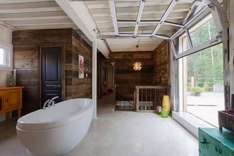 outro angulo do quarto junto com banheira