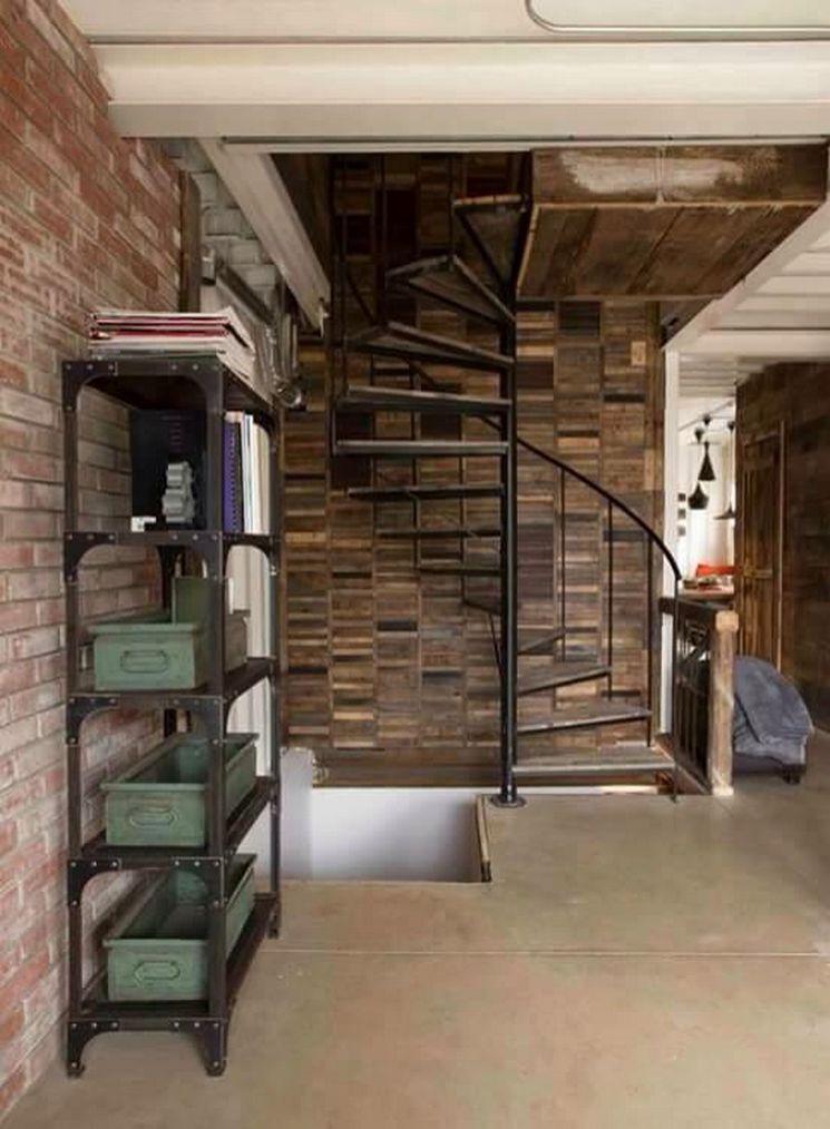 escada em espiral dentro da casa container