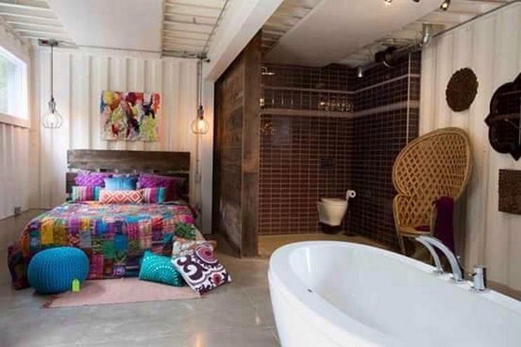 quarto aberto junto com banheira