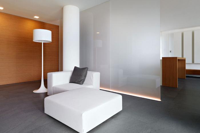 soda branco em sala minimalista