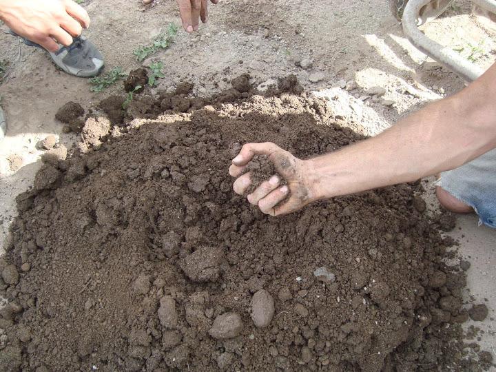 misturando a terra de superadobe