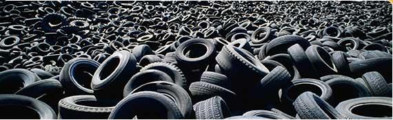 varios pneus jogados em um lixão