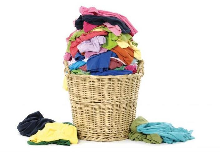 cesto cheio de roupa