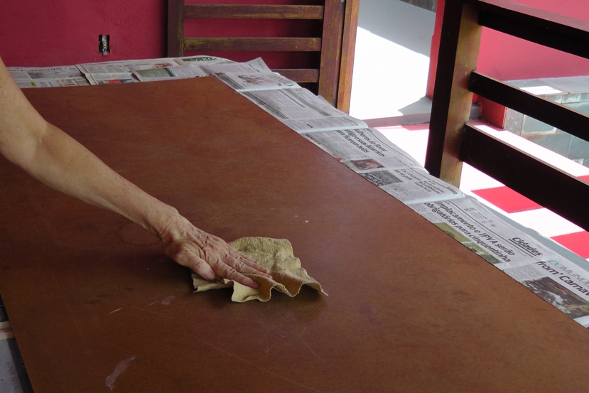 passando pan em cima de madeira compensado
