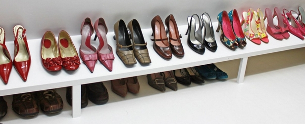 varios sapatos enfileirados e organizados