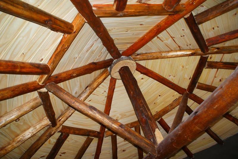 estrutura do telhado preenchida com tábuas de madeira