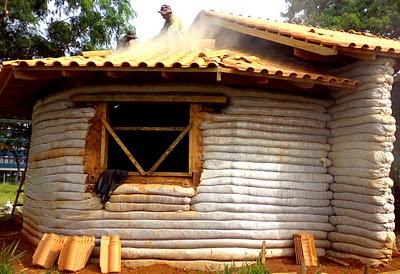 construindo o telhado numa casa de superadobe