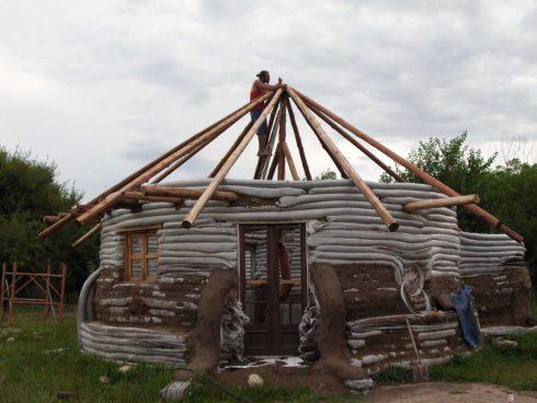 estrutura de um telhado sobre superadobe