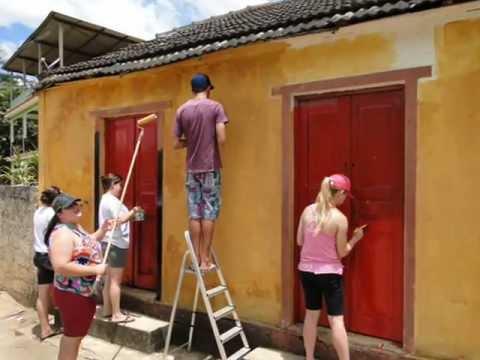 pintando a parede com pintura natural de terra
