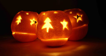 3 velas de laranja com desenhos de natal