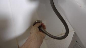 Fechando registro do vaso sanitário inferior