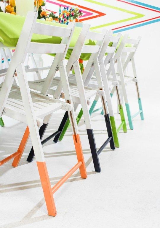 cadeiras com as pernas pintadas diferentes