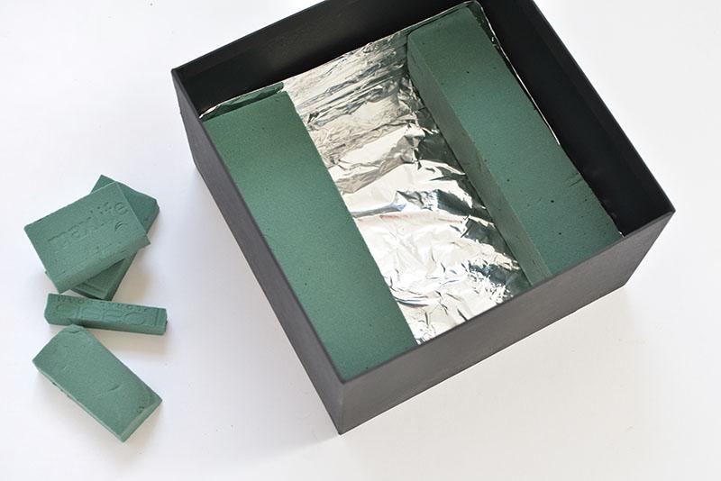 forrando a caixa com papel aluminio e colocando a espuma