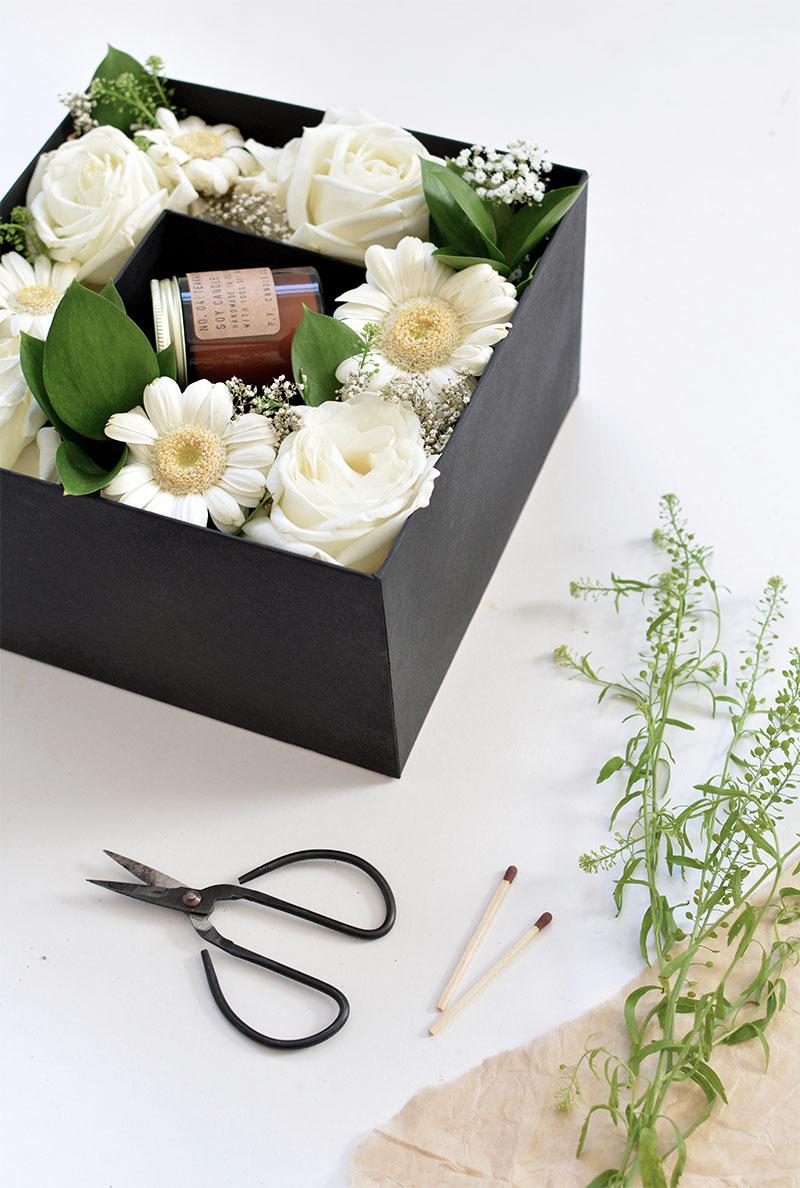 caixa de flores com o presente