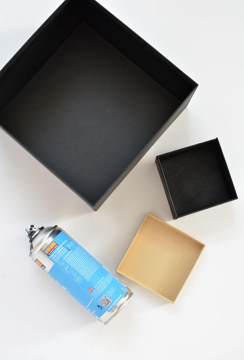 pintando a caixa com pintura spray