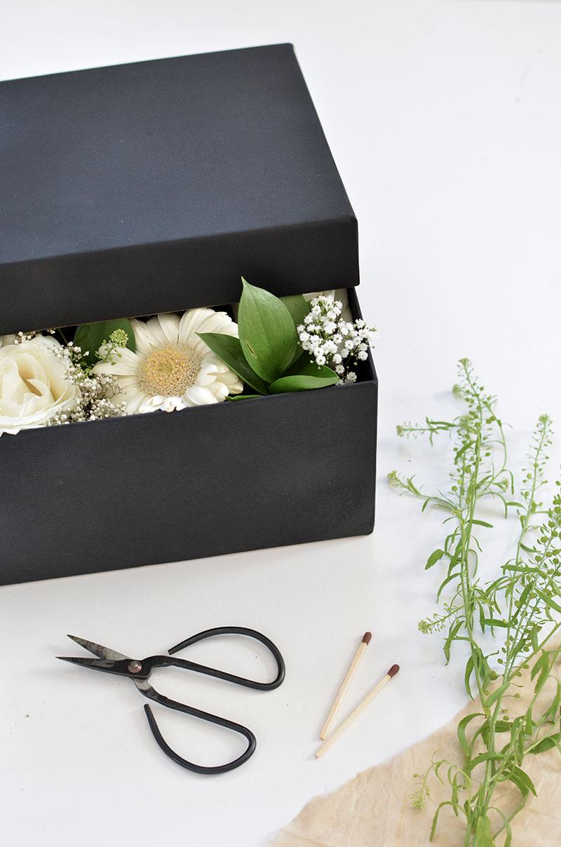 caixa de flores quase tampada presente dia das mães