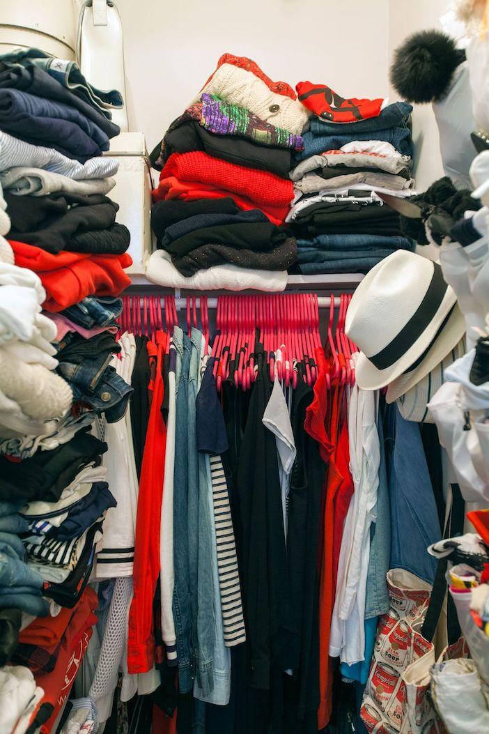 armario lotado de roupa e muito desorganizado
