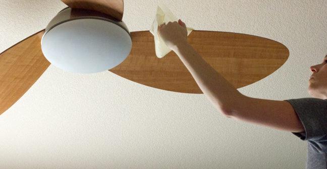 limpando manualmente o ventilador de teto