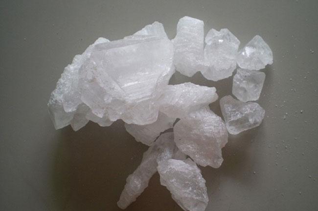 pedra hume para tratamento de calcanhar rachado
