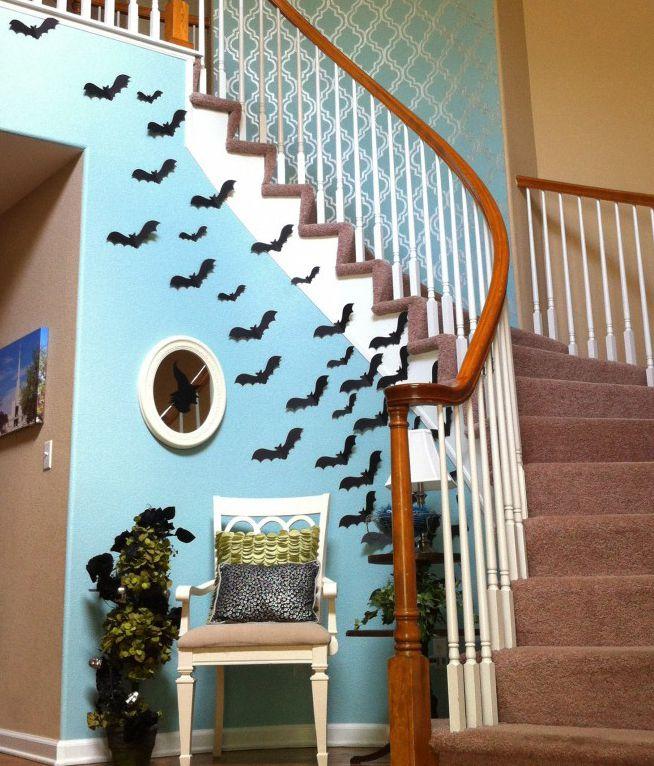morcegos feitos de papel espalhados pelas paredes