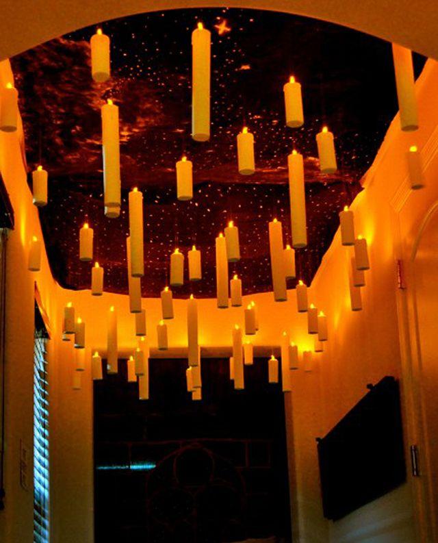 velas feitas com papel flutuando no teto da casa
