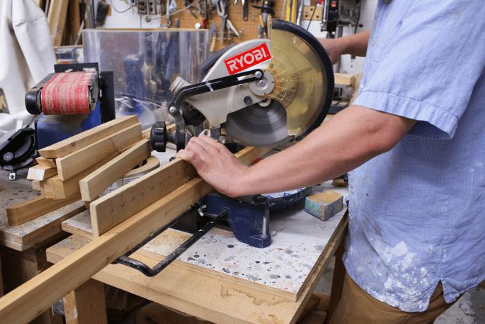 cortando ripas para estante de forma triangular